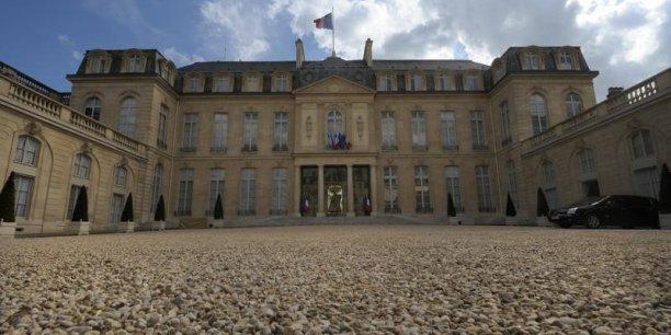 Les ministres seront au total 33 - deux de plus que la précédente équipe - dont six nouveaux membres (deux ministres et quatre secrétaires d'Etat), à se réunir à 10h à l'Elysée pour le Conseil hebdomadaire, après les traditionnelles passations de pouvoir.