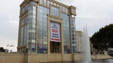 Sur la façade de l'hôtel de région à Montpellier se déploie une banderole sur laquelle on peut lire : Vive notre région, oui Languedoc-Roussillon © photo Anthony Rey