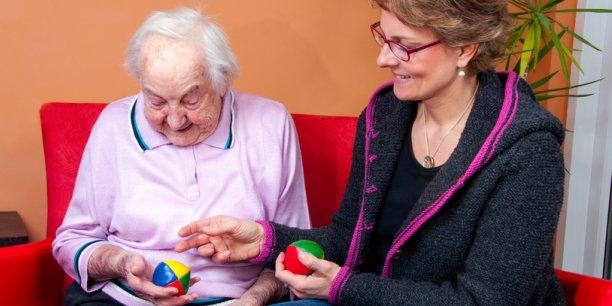 Le dispositif PERLE accompagne les personnes en centre d'hébergement dans leur projet professionnel, comme celui d'aide à domicile pour les personnes âgées. (photo d'illustration) © mma23 - Fotolia.com