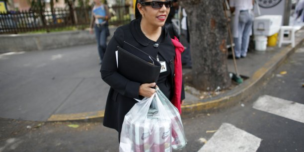 Les sacs plastique à usage unique pourraient être interdits à partir du 1er janvier 2016. | Reuters