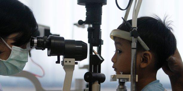 Les personnes appartenant aux 20% de ménages français les plus pauvres sont 15% à déclarer un renoncement à des soins d'optique. /Reuters