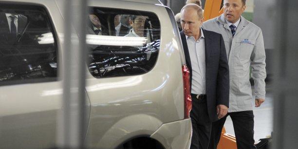 La président russe Vladimir Poutine en viste sur les chaînes d'Avtovaz à Togliatti