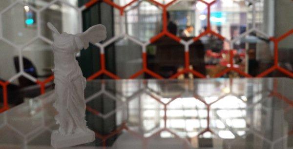 Avec une imprimante 3D, il est possible de fabriquer des Victoire de Samothrace miniatures, mais aussi des moules pour concevoir des bijoux. (Photo MT)