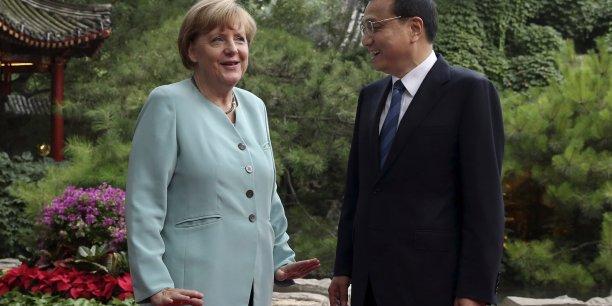 Le Premier ministre chinois Li Keqiang en discussion avec la chancelière allemande Angela Merkel en marge d'une rencontre officielle au Diaoyutai State Guesthouse ce dimanche à Pékin.