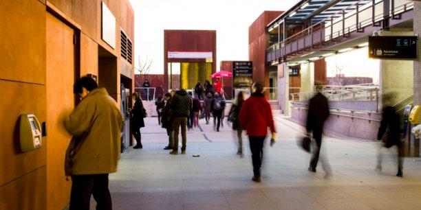 La gare d'Oullins (Rhône)  a conçu un pôle multimodal de transports, comprenant une desserte ferroviaire TER, une station de métro, une gare routière pour les bus, un parking relais d'environ 500 places et une station de taxis.