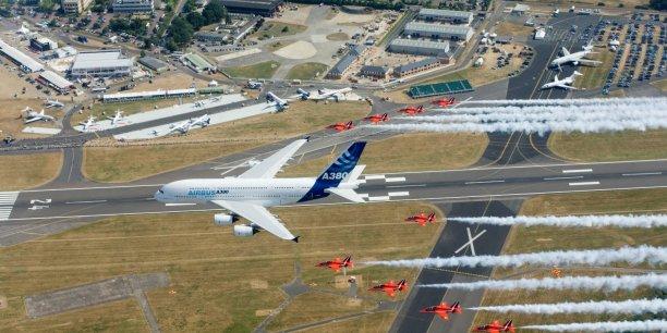 À l'occasion des salons, les constructeurs dévoilent le nombre de commandes réalisées, fruit en réalité de longues tractations. Sur la photo, le vol de démonstration de l'A380 au dessus de Farnborough/ DR