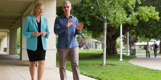 Pour la première fois, nous mettons les capacités renommées d'analyse des big data d'IBM à portée de doigt des utilisateurs d'iOS, le système d'exploitation mobile de l'iPhone et l'iPad, ce qui ouvre une grande opportunité sur le marché pour Apple, a commenté le directeur général du groupe à la pomme, Tim Cook, en photo aux côtés de Ginni Rometty, la directrice générale d'IBM.