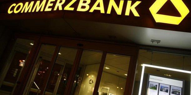 Commerzbank, qui en est à sa deuxième restructuration en quatre ans, a annoncé l'an passé un projet de suppression de 5.200 postes sur les 45.000 qu'elle compte, s'engageant notamment à réduire les équipes dirigeantes de 20%.