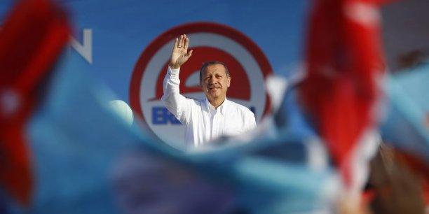 Si elle se confirme, cette victoire annoncée constituerait un succès personnel pour le chef du gouvernement, au pouvoir depuis 2003, qui rejoindrait ainsi le père fondateur de la République moderne et laïque, Mustafa Kemal Atatürk, parmi les dirigeants les plus emblématiques du pays