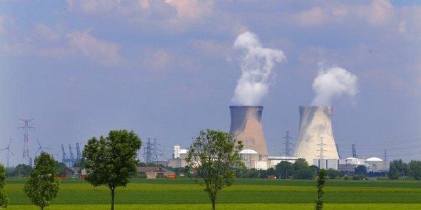 Deux autres des sept réacteurs nucléaires belges exploités par Electrabel sont à l'arrêt depuis le 25 mars à la suite de la découverte de microfissures dans leurs cuves.