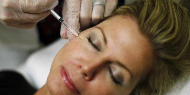 Le rapprochement Valeant-Allergan créerait un géant dans l'ophtalmologie, la dermatologie et les cosmétiques et permettrait aussi au groupe canadien de mettre la main sur le traitement des rides Botox, dont les ventes atteignent 2 milliards de dollars par an.