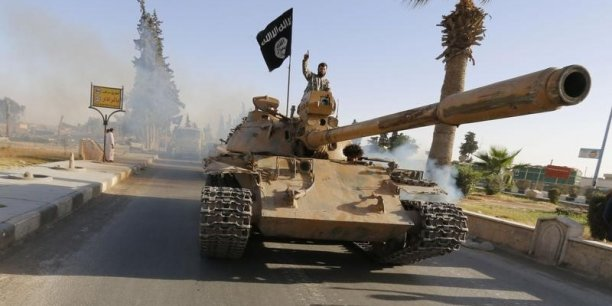 L'Etat Islamique, organisation djihadiste très structurée et bien financée, contrôle des territoires importants en Irak et en Syrie et poursuit son offensive.