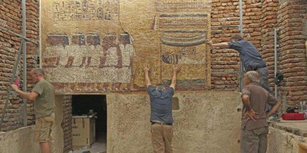 Adam Lowe (à droite), fondateur de Factum Arte, sur le chantier de la réplique de la chambre mortuaire de Toutankhamon.