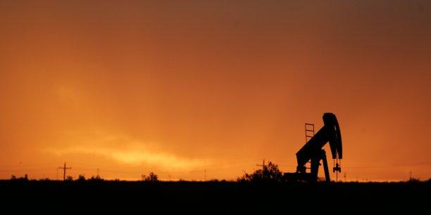 Une des clés, ce sont les matières premières. Les États-Unis ont fondé leur modèle de croissance sur le pétrole comme source d'énergie majeure. Et ce pétrole, dont une partie est importée, est acheté en dollars qui viennent remplir les réserves des pays producteurs de pétrole.