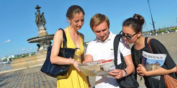 Les métiers de la vente, du tourisme et des services forment le premier secteur qui recrute en Nouvelle-Aquitaine.