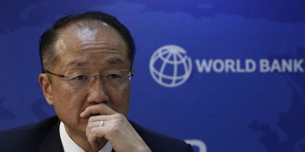 La Banque mondiale (ici, Jim Yong Kim, président de l'institution) explique dans un rapport que plus de 100 millions de personnes sont au chômage dans les pays du G20 tandis que 447 millions sont considérées comme des travailleurs pauvres vivant avec moins de deux dollars par jour.