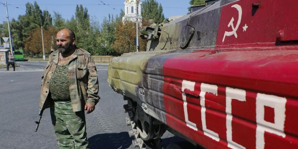 L'UE procèdera à une évaluation exhaustive des progrès du plan de paix en Ukraine d'ici la fin septembre. L'UE envisage en fonction de cette évaluation, d'amender, suspendre voire abroger les sanctions contre la Russie. (Un séparatiste pro-russe armé devant un transport de troupes, à Donetsk dans l'Est de l'Ukraine, le 2 septembre 2014.