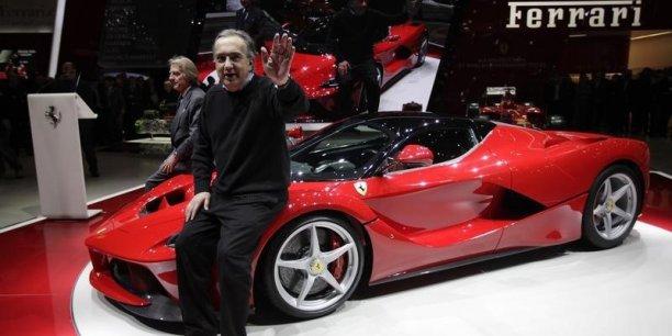 Sergio Marchionne, patron de Fiat Chrysler Automobiles, pose devant une Ferrari.