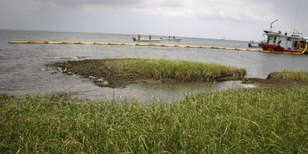 La justice estime que la fuite de pétrole de 2010 a représenté 3,19 millions de barils. Onze ouvriers ont péri dans l'accident.