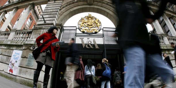 Le Victoria & Albert Museum à Londres devrait lui aussi souffrir de la dégringolade des financements.