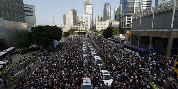A Hong Kong les manifestants pro-démocratie manifestent devant le siège du gouvernement local.