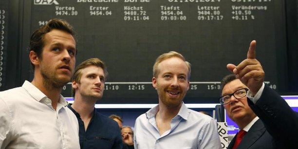 Zalando compte lever non pas 750 millions mais 1,4 milliard d'euros en Bourse. A la Bourse de Francfort, ce 1er octobre 2014, le staff (Robert Genz, David Schneider, Rubin Ritter) entoure Reto Francioni, patron de la place de marché.