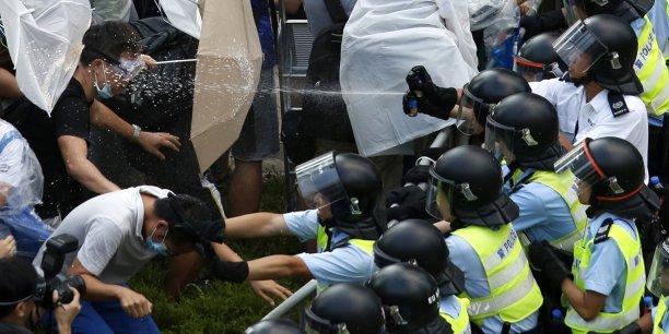 Pour se protéger des jets de gaz au poivre et lacrymogène de la police, les manifestants utilisent des parapluies, au point qu'on parle -beaucoup sur les réseaux sociaux- de la révolte des parapluies(#umbrellarevolution). L'attitude des manifestants est d'ailleurs un atout dans leur lutte. Ils sont totalement pacifistes, n'ont dégradé aucun bâtiment et font régulièrement le ménage dans les rues occupées.