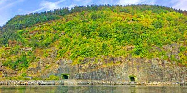 Véritable bunker creusé dans la montagne, ultrasécurisé, le site de l'île de Rennesoy abrite un méga-data center conçu par les équipes de Schneider Electric.