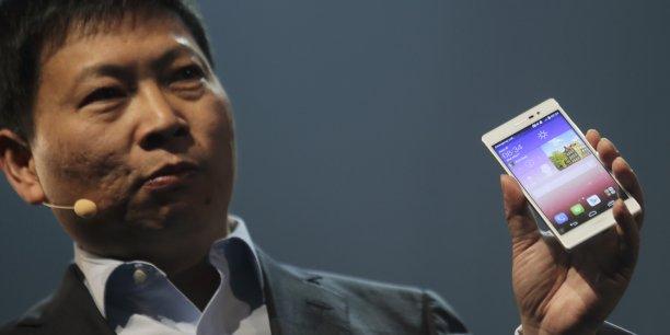 Richard Yu, Pdg de Huawei, présentant son dernier smartphone (Ascend P7), à Paris, le 7 mai dernier.