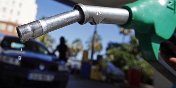 La chute des cours du baril de pétrole n'a été que partiellement répercutée sur les prix à la pompe.