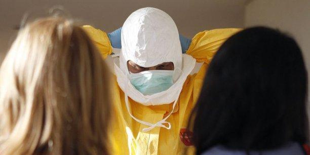 Les combinaisons de protection sont essentielles pour protéger le personnel soignant qui a déjà payé un lourd tribut en Afrique.