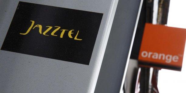 Le 16 septembre, Orange a dit proposer 13 euros par action pour acquérir la totalité de Jazztel, soit, selon l'opérateur français, une prime de 34% par rapport au cours moyen pondéré de l'opérateur fixe sur les 30 derniers jours précédant l'annonce de l'offre. Le titre Jazztel a terminé vendredi à 12,75 euros.
