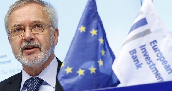 Libéral convaincu, le président allemand de la BEI, Werner Hoyer, estime qu'«un euro dépensé en subvention est perdu. [Mais] un euro utilisé en garantie d'un prêt aura un effet multiplicateur de dix».