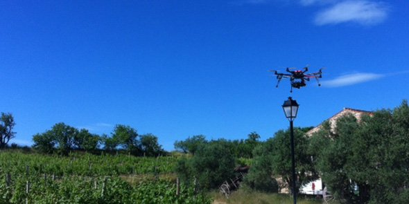 Un drone de la société Exametrics survole le vignoble bordelais