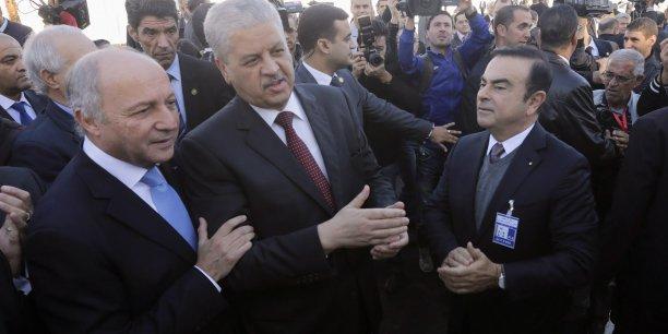 Laurent Fabius en compagnie du Premier ministre algérien, Abdelmalek Sellal, et de Carlos Ghosn, PDG de Renault-Nissan, la 10 novembre, à l'occasion de l'inauguration de l'usine Renault d'Oran.