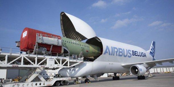 Le Beluga, l'avion-cargo d'Airbus, transporte des éléments de structure d'un site à l'auter. Sur la photo, un élément de la structure d'un A320 NEO fabriqué à Hambourg doit rejoindre Toulouse