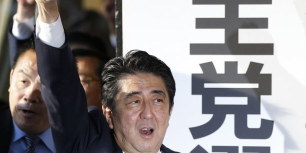 Shinzo Abe profite de la victoire écrasante de son Parti Libéral Démocrate (PLD) aux élections législatives de dimanche.