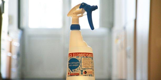 Démonstrateur de spray fait maison de nettoyant multi-usages.