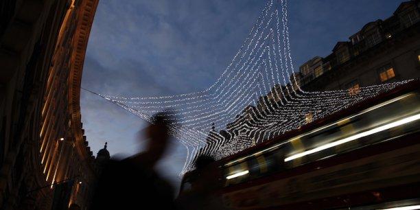 Lors de l'allumage des illuminations de Noël, la circulation automobile est bloquée sur Regent Street.