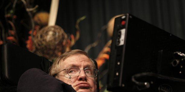 Le brillant physicien britannique, qui souffre d'une dystrophie neuromusculaire attribuée à une sclérose latérale amyotrophique (SLA), se sert pour communiquer d'un logiciel utilisant une forme basique d'intelligence artificielle.