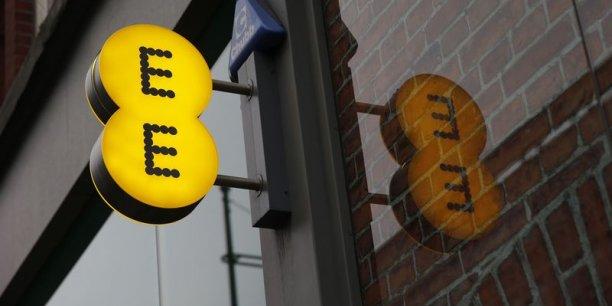 EE (Everything Everywhere) était détenu à parts égales entre Deutsche Telekom et Orange qui avaient fusionné leurs activités mobiles au Royaume-Uni en 2010.