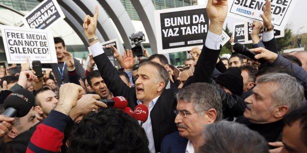Ceux qui ont commis de crimes peuvent avoir peur, nous pas !, a lancé le directeur du journal Zaman, Ekrem Dumanli, avant d'être poussé dans une voiture de la police.