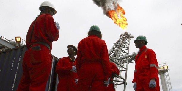 Bien que premier producteur de pétrole d'Afrique, le Nigéria importe l'essentiel de son carburant en   raison d'une insuffisance flagrante de ses capacités de raffinage.(Photo: Ouvriers sur le pont d'une unité de production flottante, au-dessus du champ pétrolifère offshore de Bonga, au large de Lagos, une des plus grandes métropoles mondiales avec près de 12 millions d'habitants)