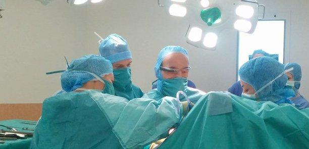 En février, au CHP Saint-Grégoire, à proximité de Rennes, un chirurgien a ainsi opéré une patiente de 80 ans. Grâce aux Google Glass, un chirurgien japonais au centre hospitalier de Nagoya, au Japon, à 10.000 km de distance, pouvait suivre l'opération en direct.