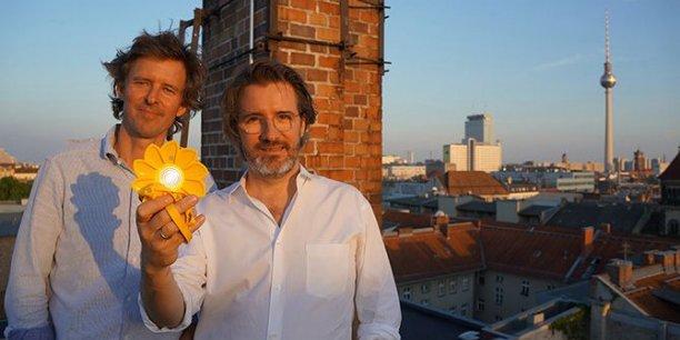 Olafur Eliasson et Frederik Ottesen présentent un exemplaire de leur lampe Little Sun, premier objet d'art à produire de l'énergie propre selon eux