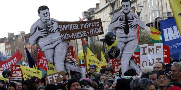 L'Irlande cherche à comprendre sa crise bancaire, mais la BCE refuse de collaborer.(Photo: manifestation à Dublin, le samedi 27 novembre 2010, alors que les ministres des Finances des 27 devaient se réunir le lendemain pour débattre du plan d'aide de l'UE à l'Irlande)