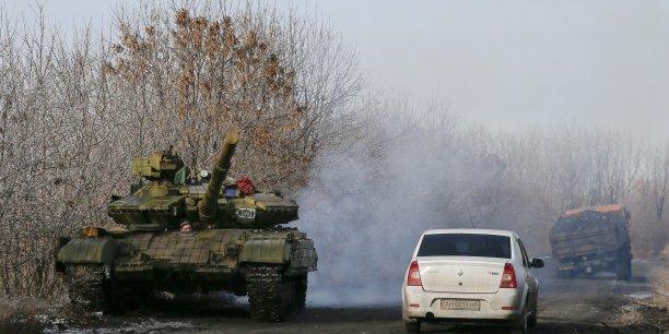 Un tank de séparatiste prorusse sur une route proche du village de Rozsypne (Rassypnoye) à l'est de l'Ukraine.