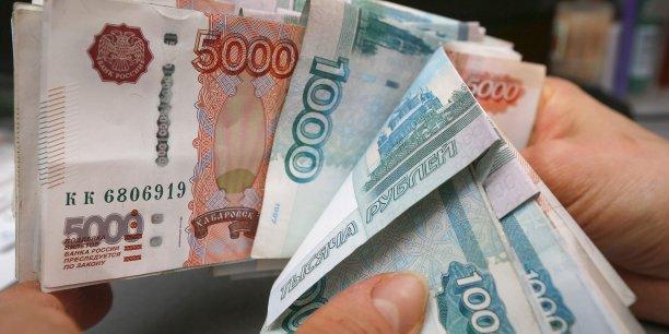 La banque centrale avait estimé début décembre les fuites de capitaux à 128 milliards de dollars (110,3 milliards d'euros), mais l'effondrement du rouble en fin d'année, en raison de la chute des cours du pétrole et de la panique de la population qui a converti des fonds massivement, a nettement aggravé le phénomène.