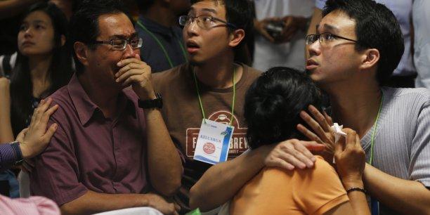 La télévision indonésienne a diffusé des images de plusieurs corps flottant à la surface de la mer, provoquant des scènes de détresse parmi les proches des victimes réunis à Surabaya dans l'attente de nouvelles.