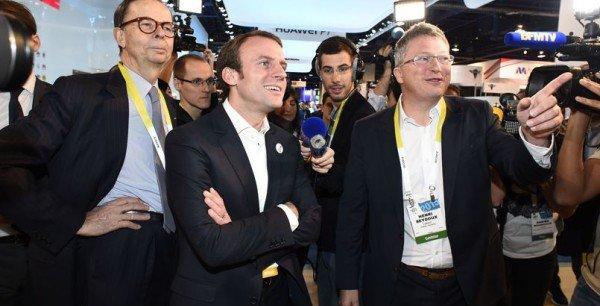 Emmanuel Macron au CES 2015 (au centre) en compagnie d'Henri Seydoux (à droite), Président de la société Parrot.